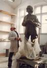 W pracowni Mariana Molendy, projektodawcy i realizatora pomnika Jerzego Grotowskiego w Opolu, 2005. Fot. Tadeusz Parcej